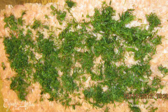 Выкладываем фарш на фольгу, смазанную оливковым маслом. Мелко нарезаем укроп, петрушку и посыпаем фарш.