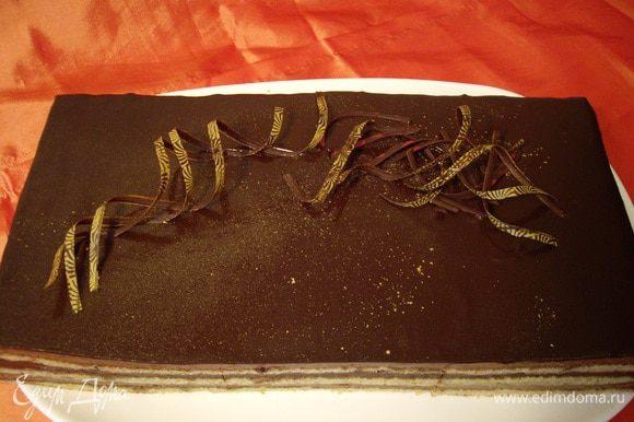 Вот на такие пирожные нарезала я. Торт нарезается на квадратные кусочки и подается охлажденным.