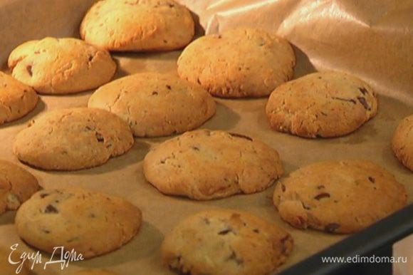 Отправить печенье в разогретую духовку и выпекать 12–15 минут, до золотистого цвета.