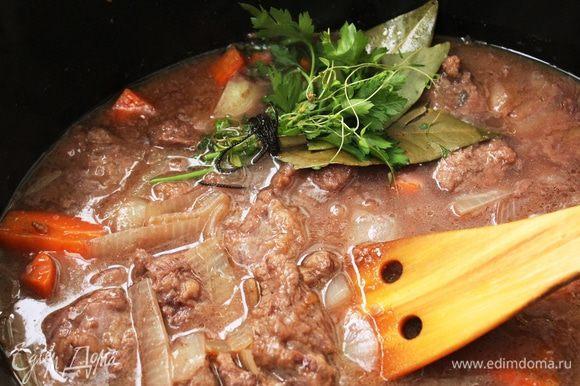 Соединить мясо с овощами, добавить вино и бульон, не солить. Положить сверху букет гарни. Поставить на слабый огонь и варить (тушить) 3 часа.