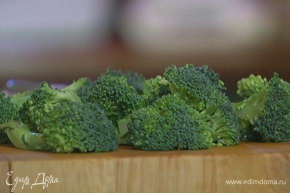 Брокколи разделить на небольшие соцветия и отправить в сковороду с овощами.
