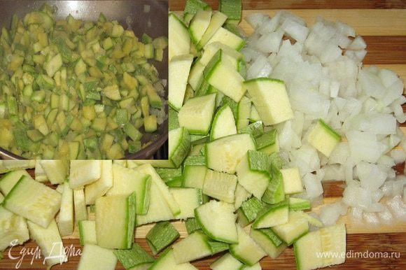 Лук мелко измельчить, 4 цукини нарезать кубиками. В сковороде разогреть оливковое масло и потушить овощи.Затем поместить в блендер и пюрировать.