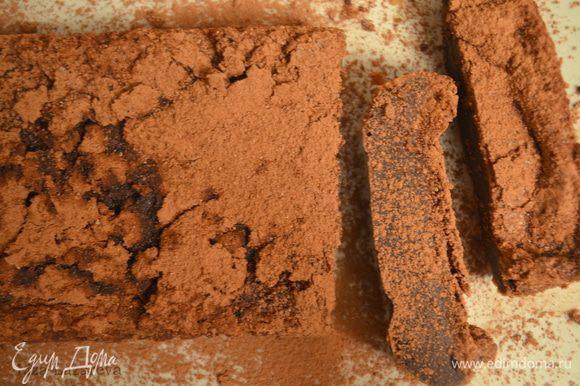 Готовый кекс полностью остудить и только потом перевернув, выложить на блюдо. Горячим - он будет мягким, и может показаться сырым, НО дайте ему остыть - и все будет супер.