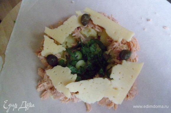 берем лист теста и в центре аккуратно выкладываем начинку-картофель+тунец,так,чтобы в серединке была ямочка.Затем сыр,каперсы.В завершении в ямочку кладем зелень