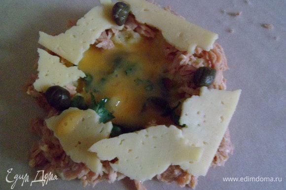 ямочку наполняем яйцом при помощи ложки(пару раз потренируюсь,будет получатся хорошо).добавляем по желанию острую пасту харису.