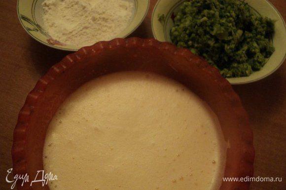Муку смешать с солью и разрыхлителем теста. Яйца хорошо взбить до увеличения массы в объему в 2.5-3 раза. Добавить во взбитые яйца измельченную капусту, осторожно перемешать, затем мучную смесь.