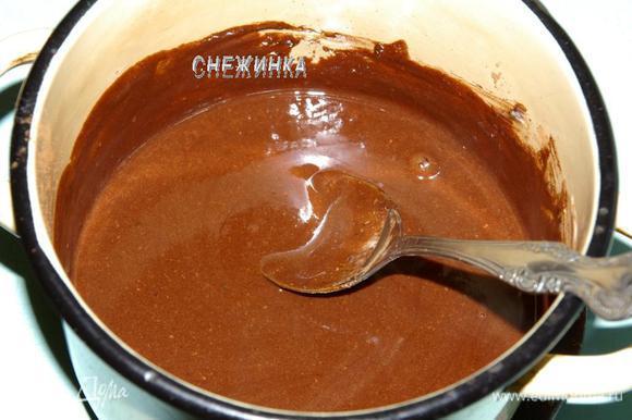 Варим шоколадную помадку. В кастрюльке или сотейнике растапливаем сливочное масло, добавляем сметану, сахар и какао. Помешивая, доводим до кипения. Оставляем помадку немного остыть.
