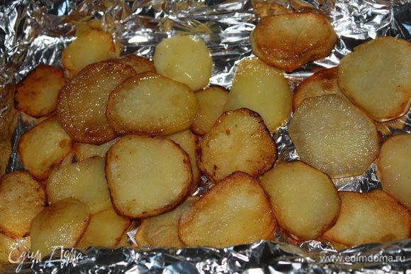 В небольшую форму выложить слой картофеля,посолить...