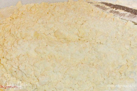 Для теста нарубите холодное масло с мукой и солью в крошку.