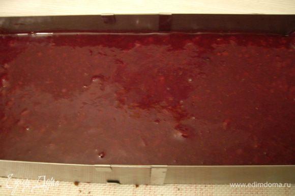 Сборка: Корж разрезала вдоль, пополам. Получились пирожные длиной 12см. Заключила бисквит в рамку, пропитала. Выложила клюквенный соус, разровняла-охладила.