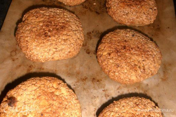 Готовые печеньки не трогаем до полуостывания (или мега-осторожно переносим на лопаточке!). Каждый раз остатки теста отправляем назад в морозилку...