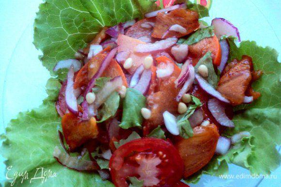 Полить салат заправкой, сверху посыпать по желанию кедровыми орешками. Приятного аппетита!
