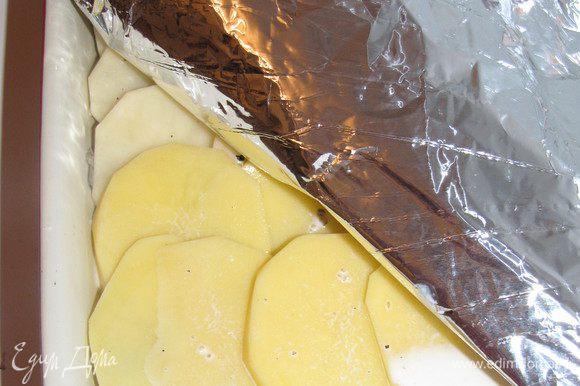 Влить смесь сливок и вина. Закрыть фольгой и поставить в духовку, разогретую до 200 град.на 40 минут. Затем фольгу снять, посыпать сыром и запекать еще 40 минут. Перед подачей накрыть и дать постоять 25 мнут.