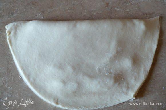 В миске на стенках остается немного муки. Ее уже не стала вмешивать в тесто, и так уже было подходящее.