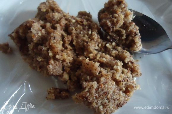 Обжаривать орехи в сиропе около 3 минут, переложить ореховую массу на пленочку.