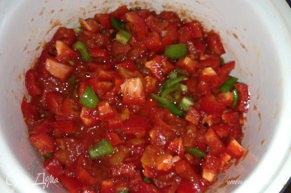 Соус: перец порезать средними кубиками, смешать с помидорами немного посолить