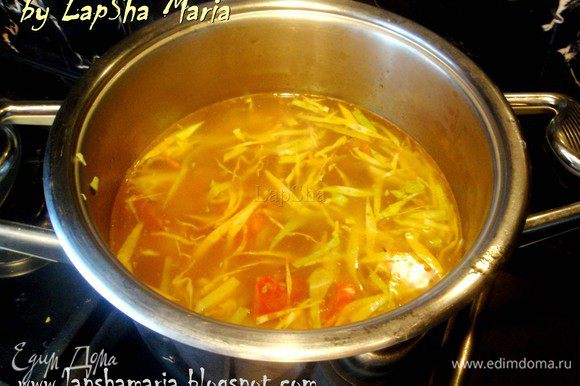 В бульон добавляем обжаренные овощи, капусту и картофель. Варим минут 15-20 до готовности овощей. Суп обязательно нужно оставить хотя бы на часок. а лучше вообще есть на следующий день, он насыщается и становиться ещё вкуснее. Приятного аппетита!