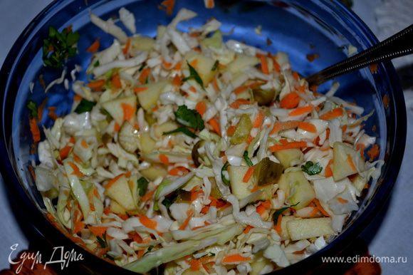 Капусту слегка перетереть с солью. Огурец и яблоки добавить. Затем морковь. Перемешать.