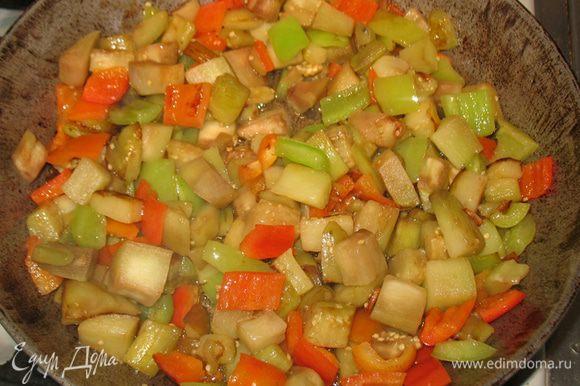 На другой сковороде одновременно с картошкой обжариваем перец и добавляем к нему отжатый от лишней жидкости баклажан. Овощи довести до готовности посолить и поперчить.