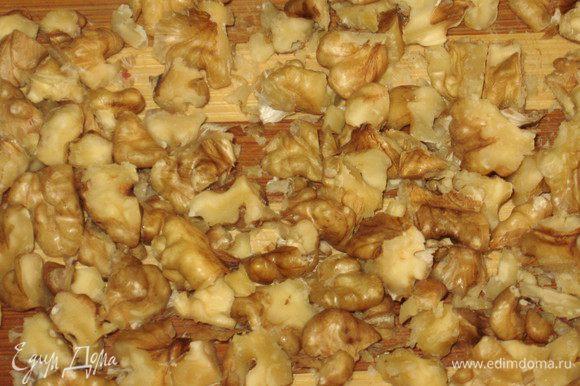 Грецкие орехи мелко нарезать.