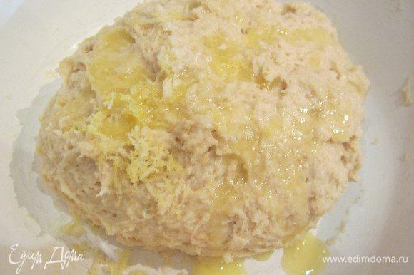 Добавить цедру и растопленное масло, вмесить в тесто. Тесто получается липкое, но муку больше не добавлять.