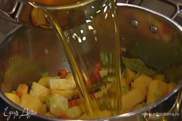 Влить в кастрюлю с овощами горячий овощной бульон и 4 половника воды, в которой варилась фасоль.