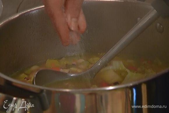 Суп посолить и перемешать.