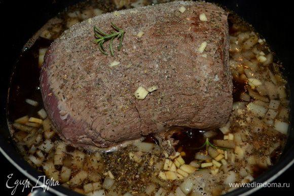 Добавить лук и готовить до мягкости. Cтакан кофе и 3/4 стак. воды с говяжьим кубиком бульона. Затем базилик, розмарин, чеснок, соль и перец. Вернуть говядину. Убавить огонь и поставить тушить на 2-2 1/2 часа или до готовности говядины.