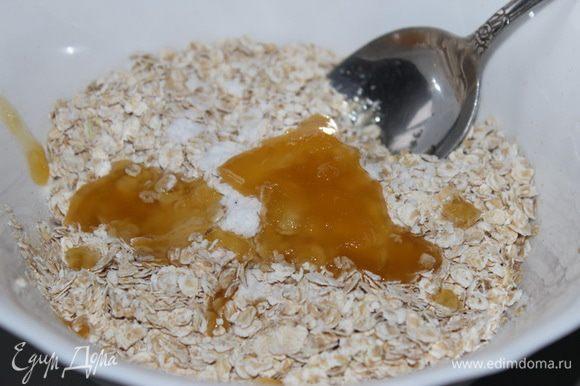 В миску с овсяными хлопьями добавить соль, соду, мед…