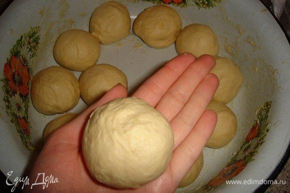 Разделить тесто на шарики, довольно крупные, помещаются в руке. У меня получилось 15 штук.
