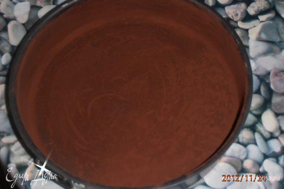 Форму 26 см смазать сл. маслом и обсыпать какао.
