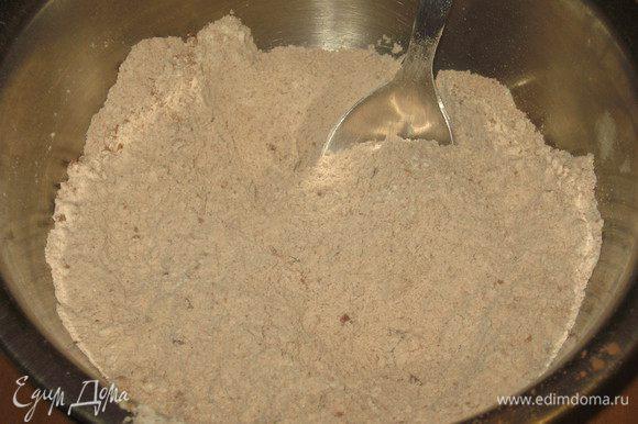 Все сухие ингредиенты для теста (муку,сахар,какао,разрыхлитель) тщательно смешать.