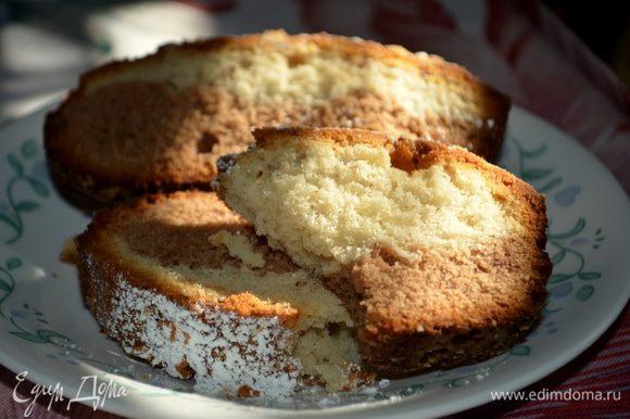 Готовый кекс оставить в форме на 5 минут, а потом остудить на решетке. Кекс посыпать сахарной пудрой. Разрежем на порции и подаем к чаю.Приятного аппетита!!!