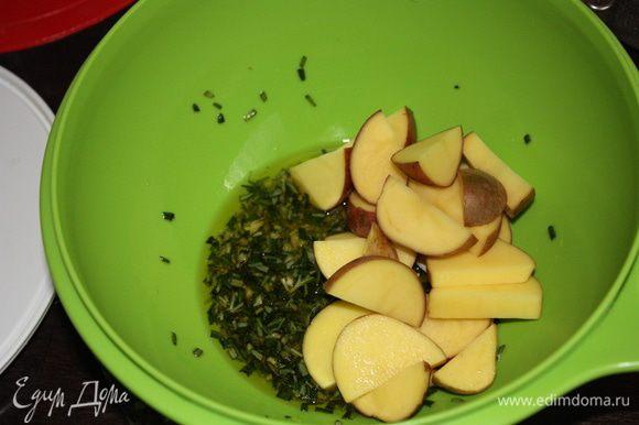 Отправляем картофель в миску небольшими порциями и натираем его маслом.