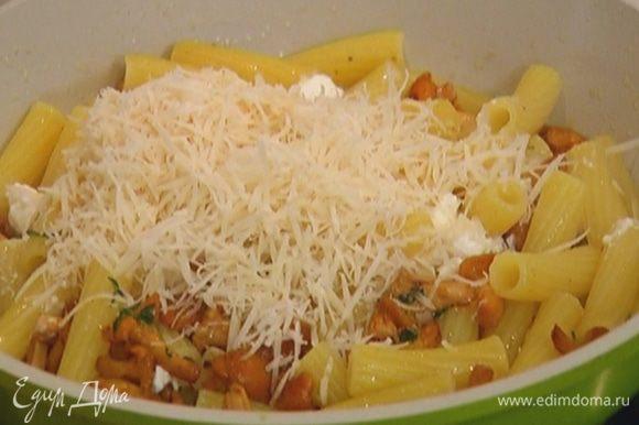 Добавить к лисичкам готовые макароны, рикотту и пармезан, перемешать и снять с огня.