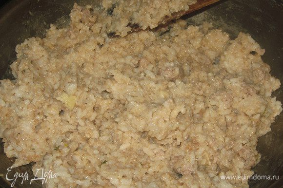 Добавить рис, поперчить, посолить, добавить корицу, хорошо перемешать и прогреть на огне 1 минуту. Пармезан порезать тонкими хлопьями овощечисткой и выложить на ризотто.