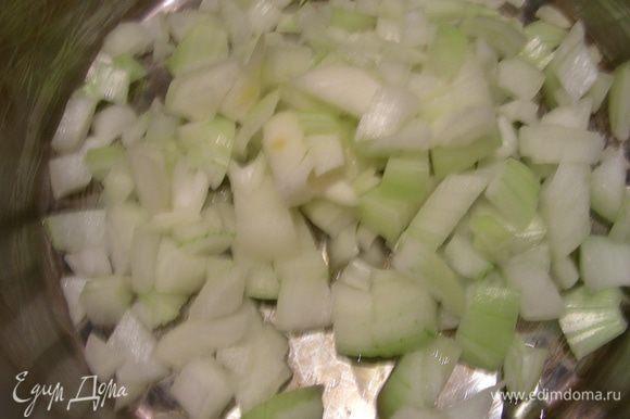В кастрюле разогреваем оливковое масло и обжариваем нашинкованный лук минут 5 до мягкости.