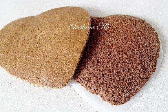 Готовый бисквит остудить в форме, затем вынуть, разрезать вдоль на два одинаковых бисквита.