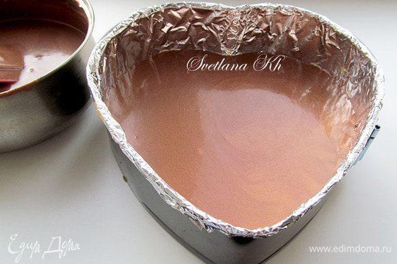 Вылить половину шоколадного мусса. Поставить в морозилку на 30 минут для быстрого зажелирования.