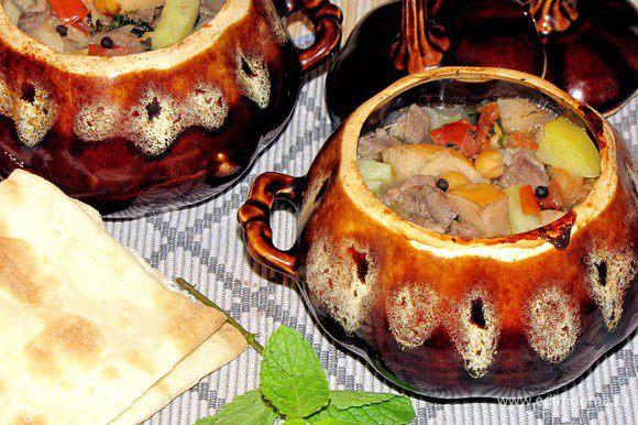 Вынуть горшочки с супом из духовки добавить мелко нарезанную мяту и горошины черного перца. Оставить под крышкой на 3 минуты. Подавайте суп с лавашом. Можно есть прямо из горшочка, а можно налить в тарелку. Приятного аппетита!