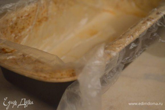 форму для кексов выстелить пищевой пленкой
