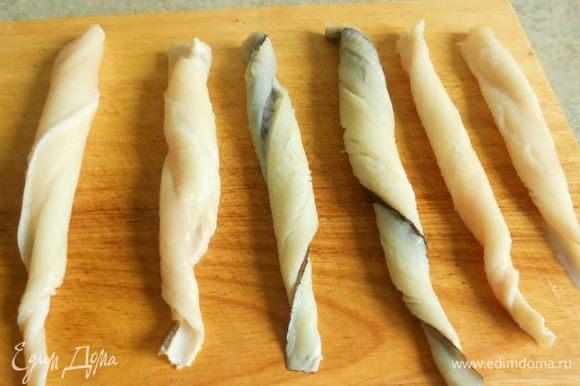 Филе разрезать посередине вдоль на 2 куска, скрутить по длине жгутом.