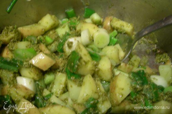 На оливковом масле обжариваем зеленый лук минуты 2 до мягкости. Затем добавляем картофель, готовим еще минуту.