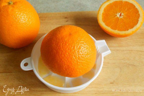 Из апельсинов выжать сок, влить его через сито в кастрюлю, добавить сахар и размешать до полного растворения.