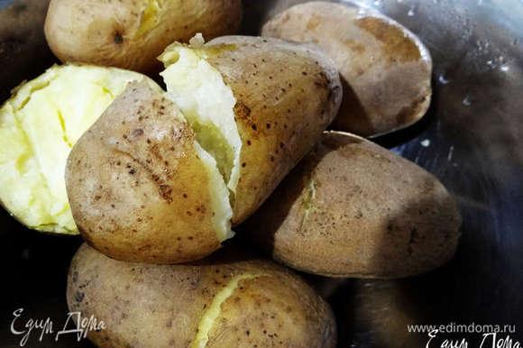 Картофель сварить в мундире до готовности, остудить.