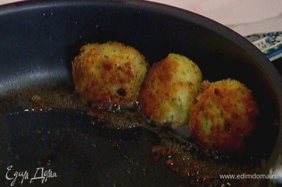 Разогреть в сковороде оливковое масло и обжарить котлетки со всех сторон до готовности.