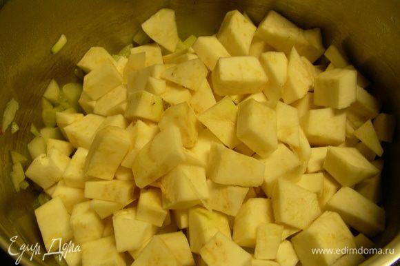Добавляем порезанные кубиками сельдерей и картофель, готовим еще несколько минут, помешивая.
