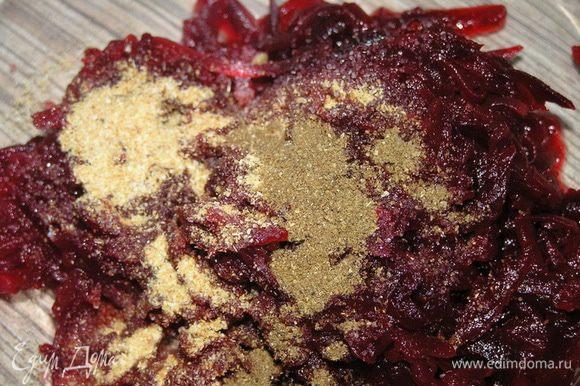 Свеклу натереть на терке, добавить соль, чеснок и кориандр, перемешать,
