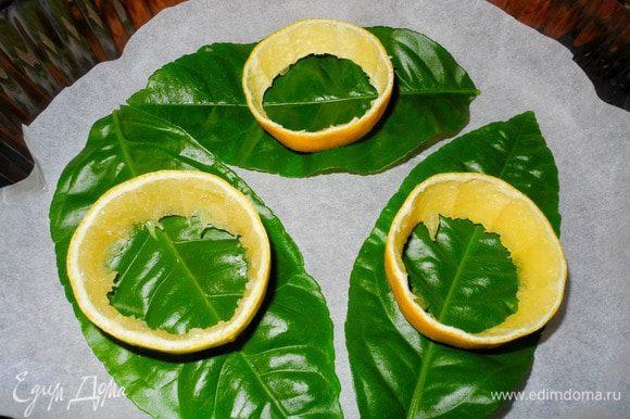 Все необыкновенно просто. Разогреем духовку до 200 градусов Цельсия. Лимоны хорошенько промоем, используя губку или щетку (если вам повезло и у вас есть биолимоны с Сицилии, то можно просто ополоснуть холодной водой:). Разрежем на кружочки 1,5-2 см толщиной. Осторожно извлечем мякоть.