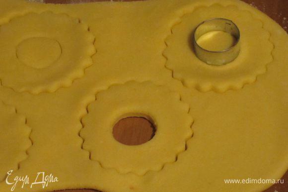 Раскатать тесто в пласт толщиной 0.8 см и с помощью формочек вырезать печенье в виде цветочков.